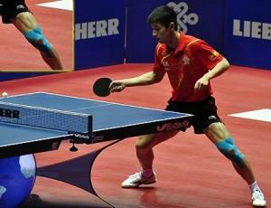 Zang Jike na fotodestacada sua lesão no joelho esquerdo